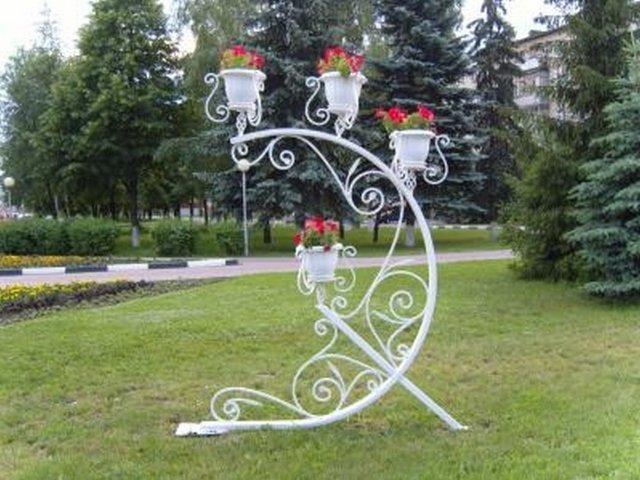 Кованые подставки для цветов в саду